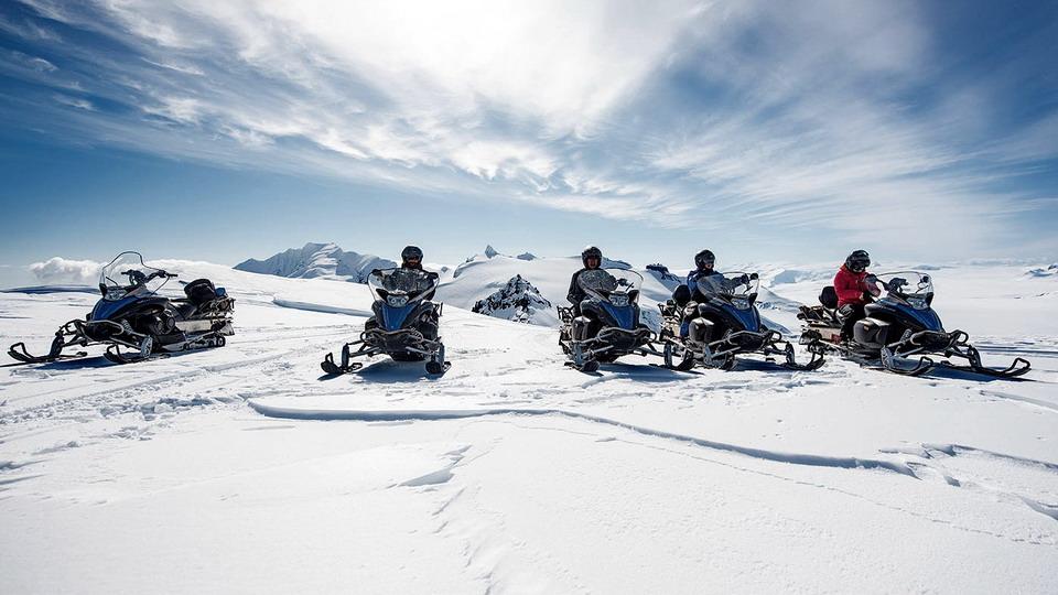 在冰岛驾驶雪地摩托登顶冰川