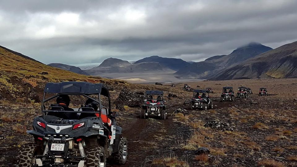 在冰岛驾驶UTV越野