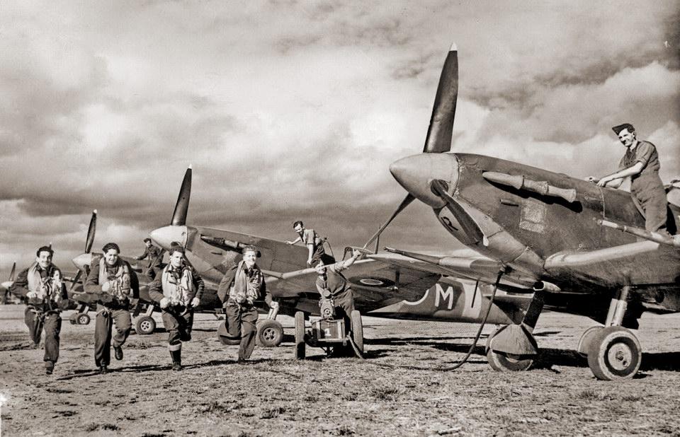 帅气的 RAF 飞行员们紧急升空