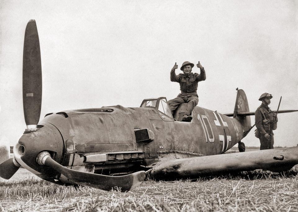 英军士兵同被击落的 Bf-109